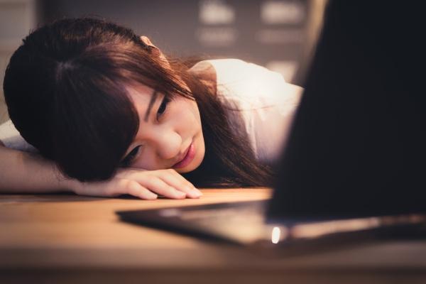 仕事に疲れてしまった女性