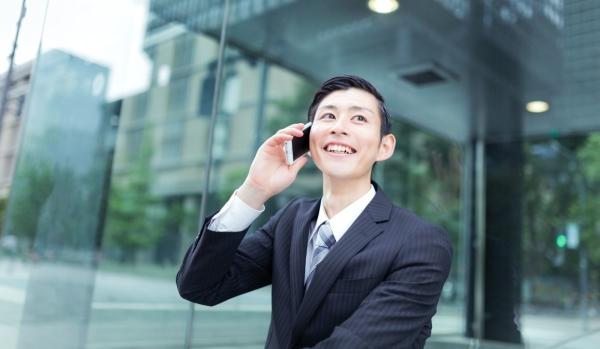 ビジネスマンが仕事の電話をしている様子