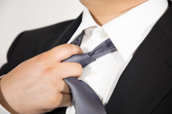 ネクタイを緩めるサラリーマン