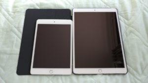 iPadPro10.5インチとiPadmini4を並べて比較している写真